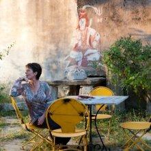 Marigold Hotel: Celia Imrie si rilassa in uno splendido giardino in un'immagine del film
