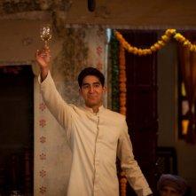 Marigold Hotel: Dev Patel durante un brindisi in una scena del film
