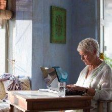 Marigold Hotel: Judi Dench al computer in un'immagine tratta dal film
