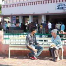 Marigold Hotel: Judi Dench insieme al giovane Dev Patel in una scena del film