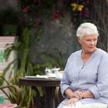 Marigold Hotel: Judi Dench pensierosa in una scena del film