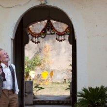Marigold Hotel: un sognante Ronald Pickup in una scena del film