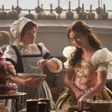 Biancaneve: Lily Collins con Mare Winningham in un'immagine del film