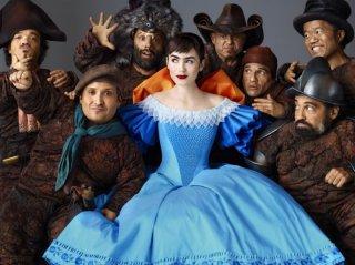Biancaneve: Lily Collins insieme ai sette nani in una foto promozionale