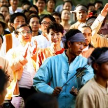 Michelle Yeoh tra la folla in una scena del biopic The Lady