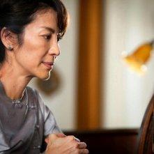 The Lady: Michelle Yeoh è Aung San Suu Kyi in una scena del film in cui cerca di ascoltare alla radio il discorso dei figli durante la consegna del Premio Nobel per la Pace 1991