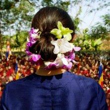 Una bellissima immagine di spalle di Michelle Yeoh tratta dal dramma The Lady