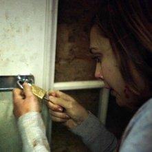 Elizabeth Olsen alle prese con un lucchetto in Silent House.