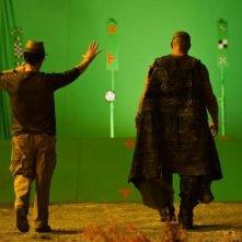 Vin Diesel e il regista David Twohy di fronte al green screen in Riddick