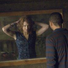 Specchio segreto per Kristen Connolly e Jesse Williams in una scena di The Cabin in the Woods