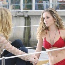 Revenge: Emily VanCamp e Margarita Levieva nell'episodio Sospetto