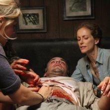 The River: Eloise Mumford, Paul Blackthorne e Leslie Hope in una scena (episodio Los Ciegos)