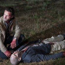 The Walking Dead: Andrew Lincoln e Jon Bernthal in un drammatico momento dell'episodio Il giustiziere