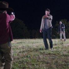 The Walking Dead: Andrew Lincoln, Jon Bernthal e Chandler Riggs in una drammatica sequenza dell'episodio Il giustiziere
