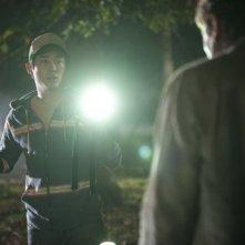 The Walking Dead: Steven Yeun affronta un Errante in una sequenza dell'episodio Il giustiziere