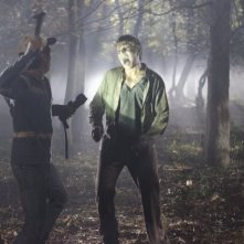 The Walking Dead: Steven Yeun contro un Errante in una sequenza dell'episodio Il giustiziere