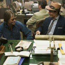 Diario del desiderio: Johnny Depp sorride sul set del film insieme al regista Bruce Robinson
