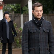 Fringe: Anna Torv e Joshua Jackson in una scena dell'episodio Making Angels