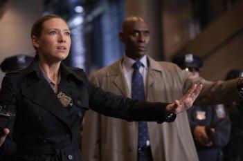 Fringe: Anna Torv e Lance Reddick in una scena dell'episodio Forced Perspective