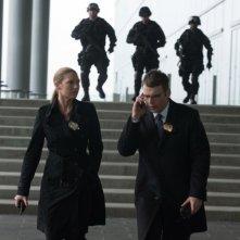 Fringe: Anna Torv e Seth Gabel in una scena dell'episodio Forced Perspective