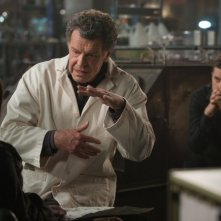 Fringe: John Noble e Joshua Jackson in una scena dell'episodio Forced Perspective
