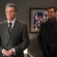 Fringe: Joshua Jackson e John Noble in una scena dell'episodio Enemy of My Enemy