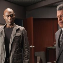 Fringe: Lance Reddick e John Noble in una scena dell'episodio Enemy of My Enemy