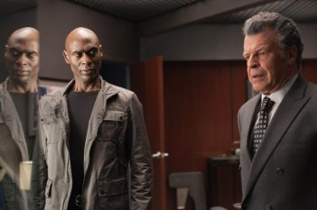 Fringe: Lance Reddick e John Noble in una scena dell'episodio Enemy of My Enemy