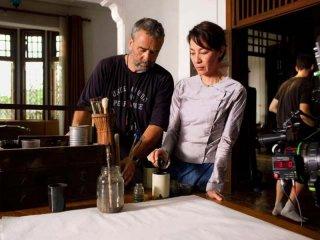 Michelle Yeoh insieme al regista Luc Besson sul set di The lady
