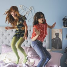 Nemiciperlapelle: Bella Thorne e Zendaya in una scena del film TV