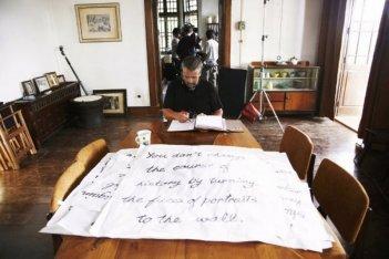 The Lady: il regista Luc Besson a tavolino studia le scene da girare