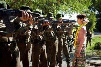 The Lady: Michelle Yeoh in una suggestiva scena del film nei panni di Aung San Suu Kyi