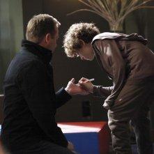 David Mazouz con Kiefer Sutherland in una scena del secondo episodio di Touch