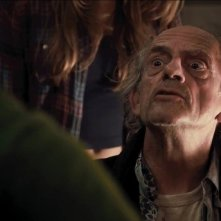 Christopher Lloyd in una scena di Piranha 3DD