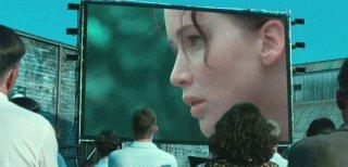 Hunger Games: Katniss (Jennifer Lawrence) appare su un megaschermo