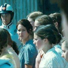 Jennifer Lawrence (al centro) in una scena di The Hunger Games