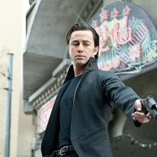 Joseph Gordon-Levitt pistolero in azione in Looper