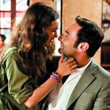Gli infedeli: Gilles Lellouche con Priscilla de Laforcade in una tenera scena del film