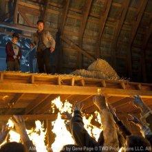 The Walking Dead: Andrew Lincoln e Chandler Riggs attaccati da un'orda di Erranti nell'episodio La linea del fuoco