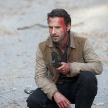 The Walking Dead: Andrew Lincoln in una scena dell'episodio La linea del fuoco