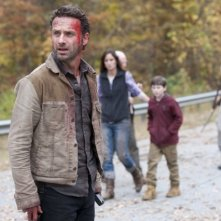 The Walking Dead: Andrew Lincoln, Sarah Wayne Callies, Chandler Riggs e IronE Singleton nell'episodio La linea del fuoco