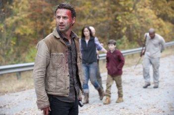 The Walking Dead: Andrew Lincoln, Sarah Wayne Callies, Chandler Riggs e IronE Singleton nell'episodio La linea del fuoco