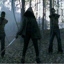 The Walking Dead: La misteriosa guerriera Michonne con due Erranti nell'episodio La linea del fuoco