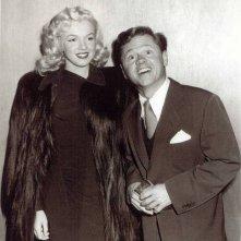 Mickey Rooney con Marilyn Monroe in una foto promo de Lo spaccone vagabondo