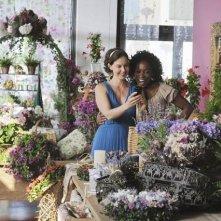 Ashley Judd con Aunjanue Ellis nell'episodio pilota della serie Missing
