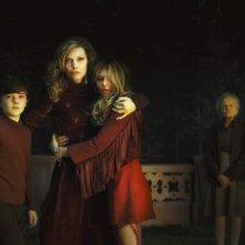 Dark Shadows: Michelle Pfeiffer con Chloë Grace Moretz e Gulliver McGrath in una scena del film