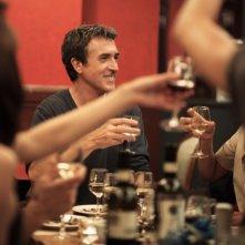 François Cluzet si prepara a brindare in una scena di Piccole bugie tra amici