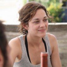 La bella Marion Cotillard sorride in una scena di Piccole bugie tra amici