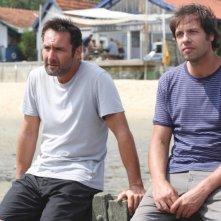 Laurent Lafitte insieme a Gilles Lellouche in una scena di Piccole bugie tra amici