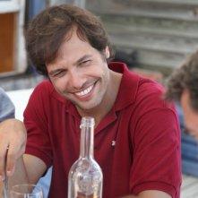 Laurent Lafitte sorride in una scena di Piccole bugie tra amici
